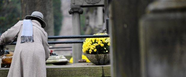 W sieci kwitnie handel miejscami na zabytkowych cmentarzach. Ksi�dz si� dziwi: przecie� nie wolno