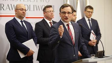Łukasz Piebiak (pierwszy z lewej) i Zbigniew Ziobro będą decydować o obsadzie stanowisk w sądach w całej Polsce