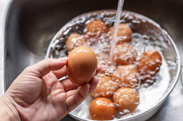Zanim wykorzystamy jajka w kuchni, zawsze najpierw warto je umyć - radzi ekspert.