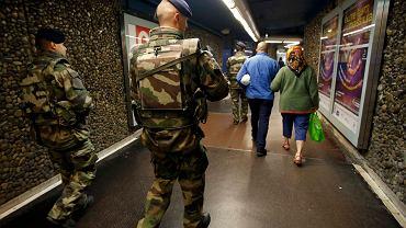 Zamach w Paryżu. Żołnierze patrolują ulice Paryża
