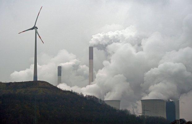 Wiatrak na tle elektrowni w�glowej w Gelsenkirchen w Niemczech
