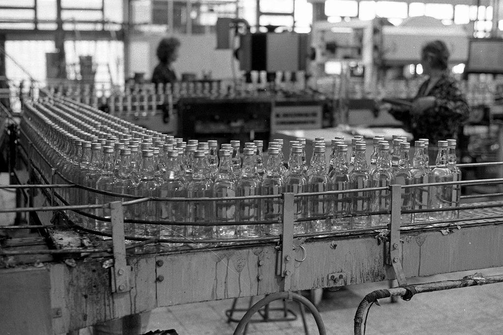 1989, produkcja wódki żytniej w Warszawskich Zakładach Przemysłu Spirytusowego (fot. Piotr Wójcik / Agencja Gazeta)