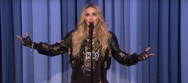 Nieważne co robi, Madonna zawsze jest zadziwiająco naturalna. Piosenkarka wystąpiła w uznanym, nowojorskim stand-upowym klubie Comedy Cellar. Kobieta wielu talentów udowodniła, że potrafi także rozśmieszać ludzi.