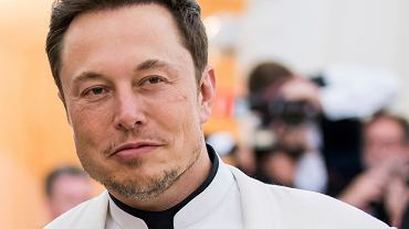 Elon Musk ogłosił, że Tesla będzie zwalniać pracowników