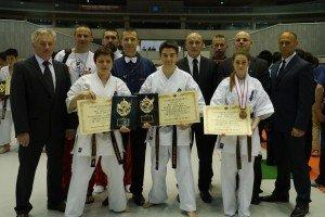 Tokio 2014 rok. Trójka medalistów MŚ w karate kyokushin - od lewej Izabela Sularz, Konrad Kozłowski i Karolina Mroczkowska