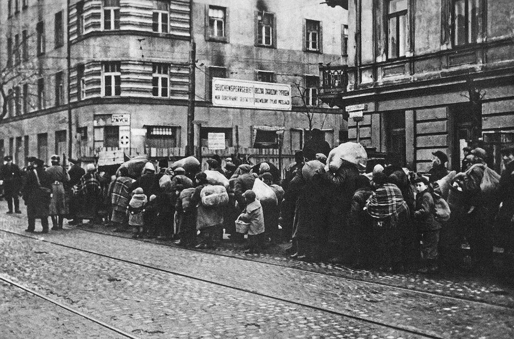 Przymusowe przesiedlenie ludności żydowskiej z mniejszych miast i osiedli w dystrykcie warszawskim do getta, ul. Leszno róg Żelaznej (fot. Wikimedia.org / Domena publiczna)