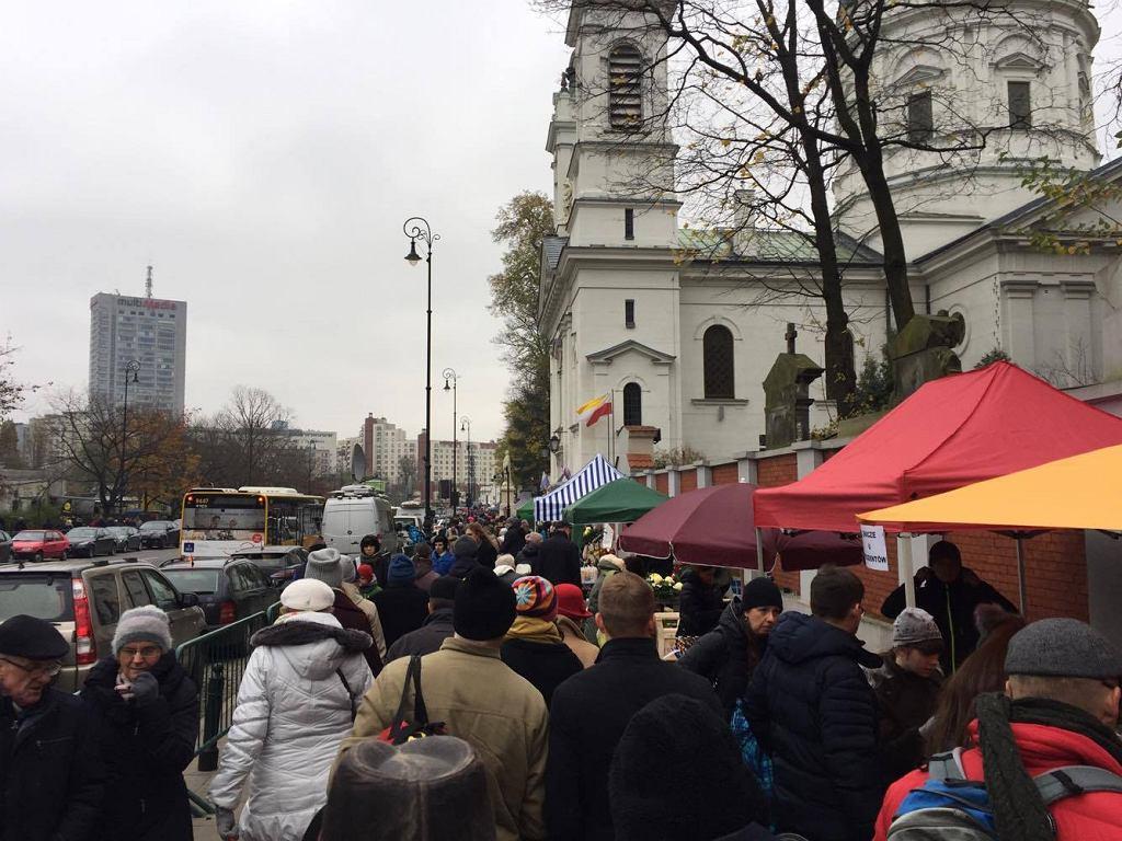 Tłum przed Cmentarzem Powązkowskim