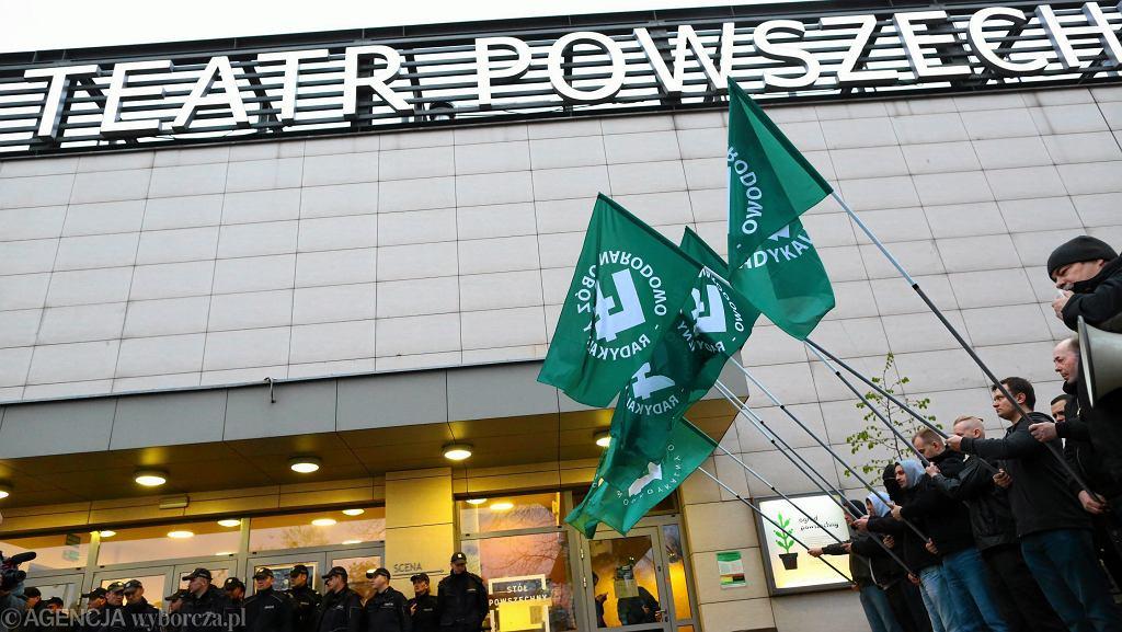 Protest środowisk nacjonalistycznych przed Teatrem Powszechnym w związku ze spektaklem ' Klątwa'
