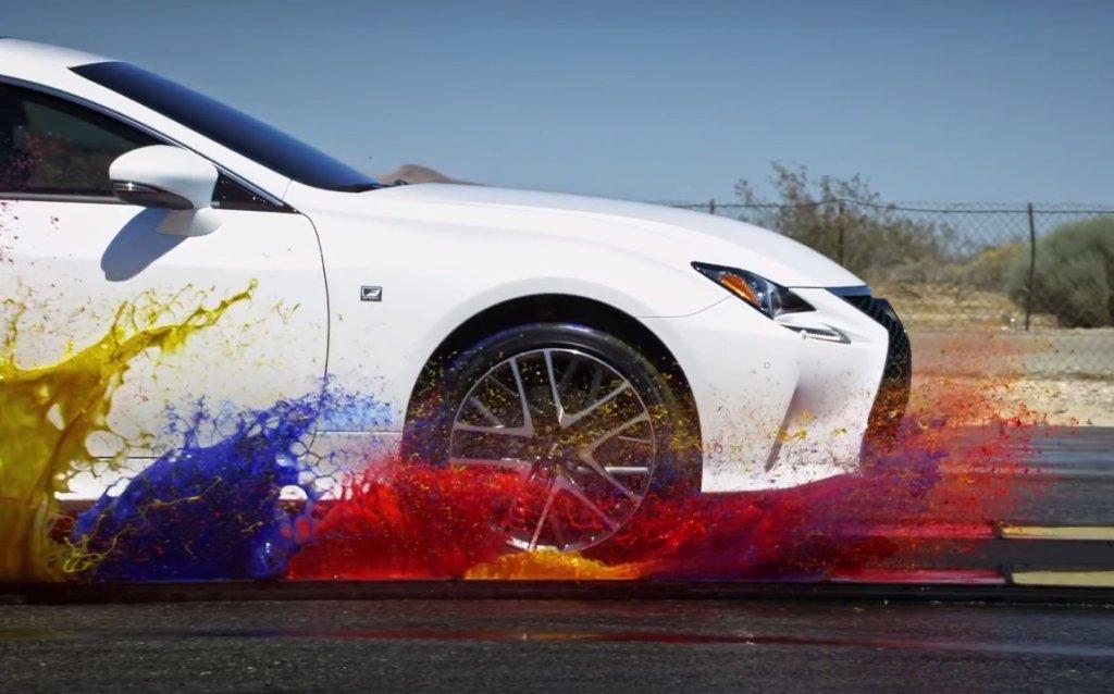 Lexus RC F i abstrakcyjne malowanie