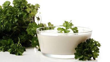 Wystarczy naturalny jogurt z żywymi kulturami bakterii, pietruszka czy cykoria i już mamy synbiotyk, czyli probiotyk z prebiotykiem. Niestety, nie będzie tak skuteczny jak suplement z apteki