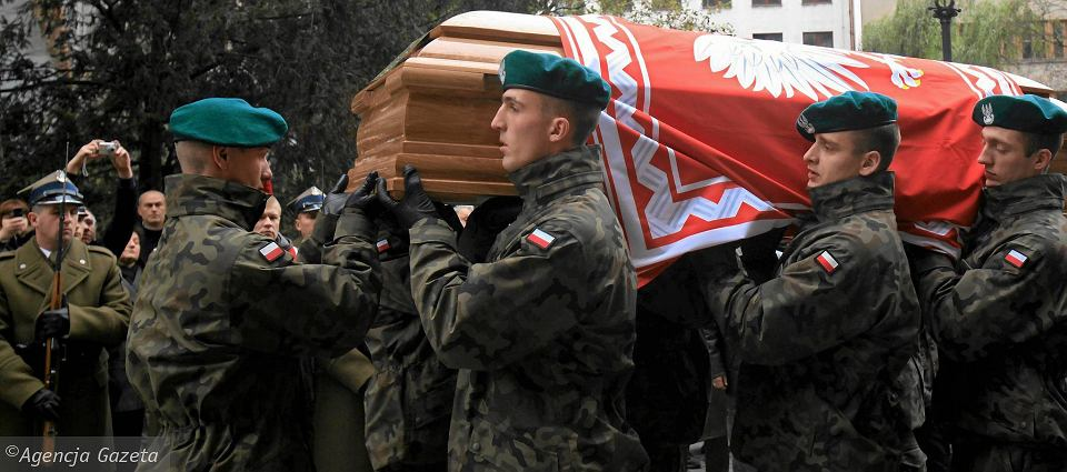 Dziadka w Katyniu raz ekshumowali Niemcy, drugi raz Sowieci. Ojca ruszy� nie pozwol�