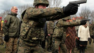 Minister na ćwiczeniach organizacji proobronnych w Centrum Szkolenia Żandarmerii Wojskowej, Mińsk Mazowiecki, marzec 2016