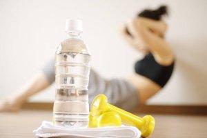 Ile i co pić przy aktywności fizycznej? Dietetyk radzi: sztuczne zwiększenie pragnienia może być wskazane