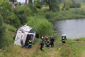 Rejsowy autobus spadł ze skarpy, 11 osób w szpitalu [ZDJĘCIA]