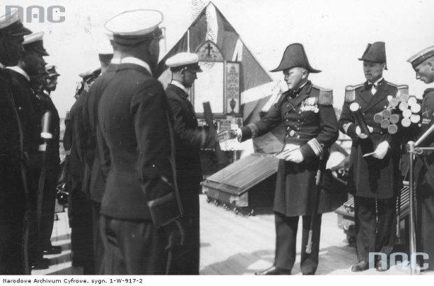 Zdjęcie numer 0 w galerii - Tak wyglądały przedwojenne uroczystości w szkole Marynarki Wojennej. Prymusi otrzymują szable