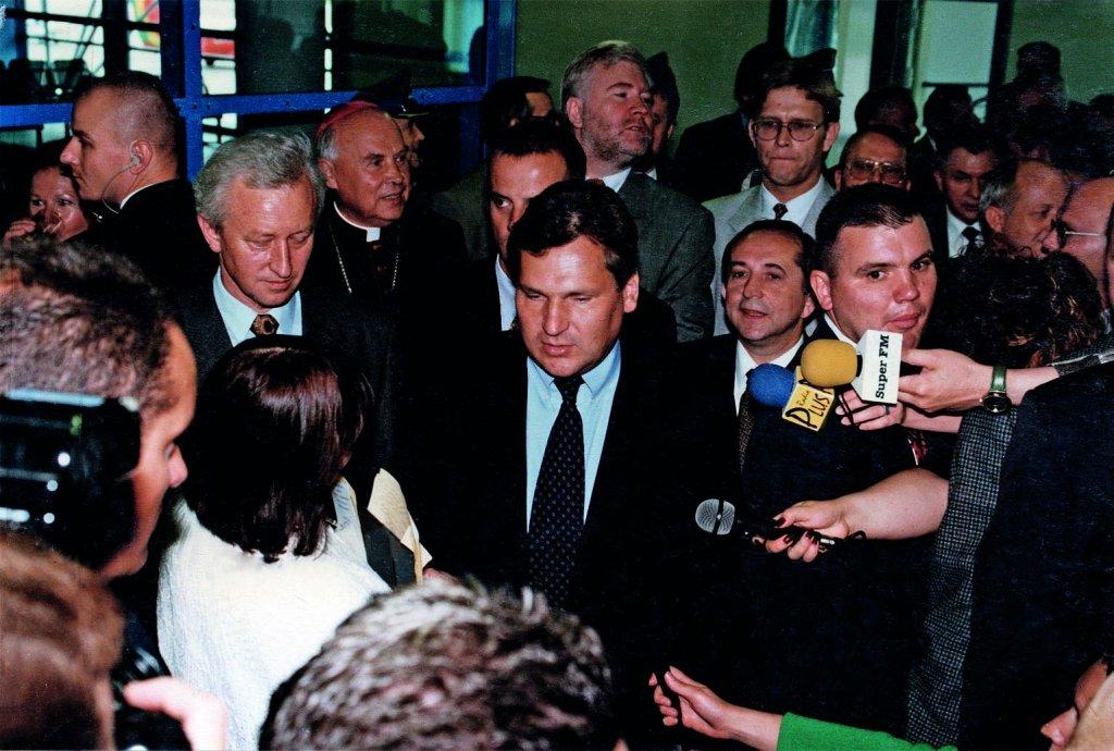 Ochrona w czasie wizyty prezydenta Aleksandra Kwaśniewskiego - wsparcie SPAP Gdańsk, czyli policyjnych antyterrorystów, dla Biura Ochrony Rządu, lotnisko w Rębiechowie, 1996 rok (fot. archiwum prywatne)