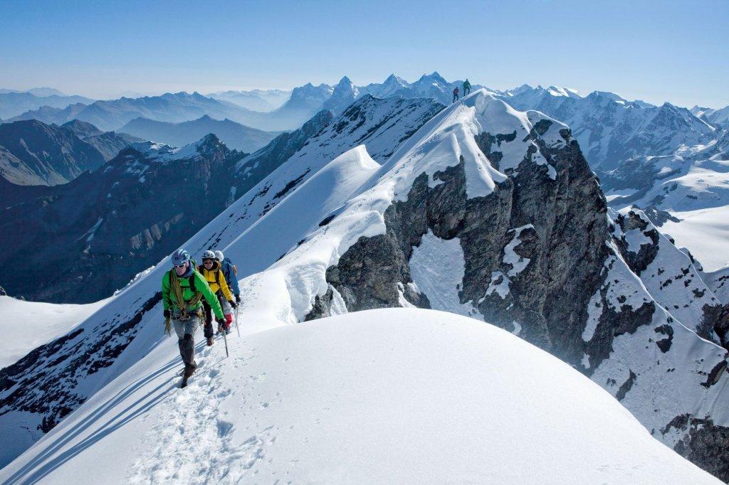 Szczyt Bluemlisalphorn, w tle Eiger, Moench i Jungfrau (fot. Switzerland Tourism   By-Line: swiss-image.ch / Christof Sonderegger)