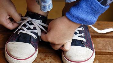 5-latek odkrył sprytny sposób na wiązanie butów, czym wprawił w osłupienie swoją mamę
