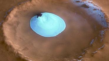 Krater w regionie Vastitas Borealis. Widać w nim czapę lodu. Podczas marsjańskiej zimy lód przykryty jest także suchym lodem, dwutlenkiem węgla w postaci stałej, który sublimuje (zamienia się w gaz) latem.