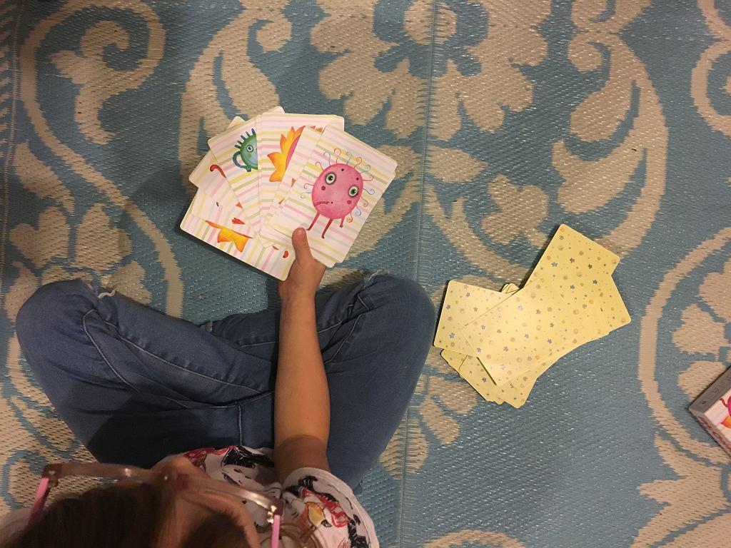 Karty są duże, dzieciom łatwiej je utrzymać, czy ułożyć w wachlarz (jeśli chcą podejrzeć Imionki które zdobyły).