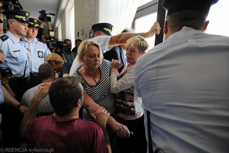Straż marszałkowska interweniuje podczas protestu rodziców dorosłych osób niepełnosprawnych w Sejmie, 24 maja 2018.