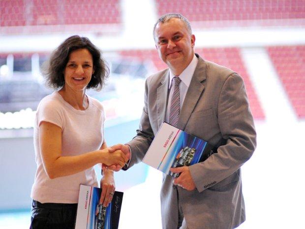 Podpisanie umowy Ergo Areny z AWFiS. Na zdjęciu od lewej Magdalena Sekuła (prezes Ergo Areny) oraz Waldemar Moska (rektor AWFiS)