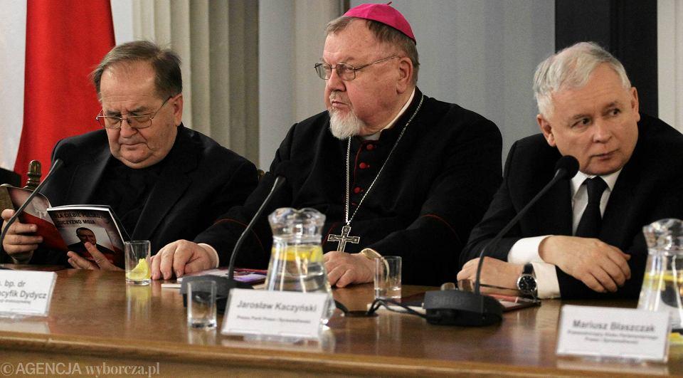 Ojciec dyrektor Tadeusz Rydzyk, bp Antoni Dydycz oraz prezes PiS Jarosław Kaczyński podczas konferencji naukowej 'Dla Ciebie, Polsko - Ojczyzno moja - Przemysław Gosiewski 1964-2010'. Sejm, 3 marca 2015 r.