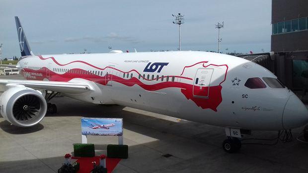 LOT-owski biało-czerwony dreamliner w centrum dostaw Boeinga w Everett