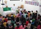 Modlą się po hebrajsku, spotykają w szabat. Żydzi? Nie, katolicy języka hebrajskiego w Izraelu. Są z nimi polscy księża