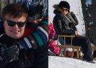 W końcu w Warszawie jest tyle śniegu, że można oddać się zimowemu szaleństwu także w mieście. Katarzyna Cichopek i Marcin Hakiel wykorzystali to i spędzili aktywnie czas ze swoimi dziećmi. Nawet bardzo aktywnie. Zwłaszcza on. Co więcej, po zabawie ciągnął jeszcze oboje dzieci do domu. Bohatersko! Zobaczcie, jak się razem bawili!