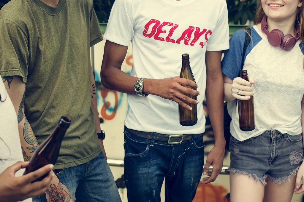 Polska młodzież coraz rzadziej sięga po alkohol.