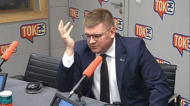Tomasz Rzymkowski w studiu TOK FM.