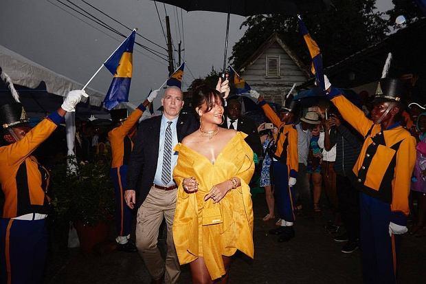 Rihanna od dłuższego czasu pasjonuje się mogą. Gwiazda, która początkowo nie wykazywała pasji do ubrań, gdy zdobyła sławę i pieniądze, zaczęła ubierać się w kreacje podobne do tych, które zakłada Lady Gaga, słynna z pasji do dziwnych przebrań. Okazuje się jednak, że barbadoska zaczęła ze swojego zainteresowania osiągać korzyści.