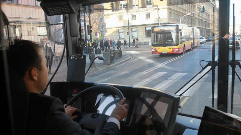 Kierowca autobusu zboczył z trasy, żeby udzielić pomocy rannemu 11-latkowi