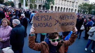 Tysiące Węgrów zebrały się w sobotę przed budynkiem parlamentu w Budapeszcie, by zaprotestować przeciwko zamknięciu największej opozycyjnej gazety