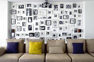 Domowa galeria na ścianie z pomysłem