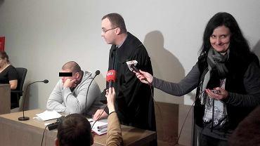Pirat drogowy Marek C. w sądzie. Obok adwokat Łukasz Marcinkowski