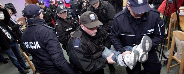 """Policja wynios�a prawicowc�w. By�y przepychanki i krzyki. """"Zatrzymano 12 os�b"""" [FOTORELACJA]"""