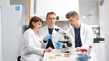 Firma Bioavlee. od lewej: dr n. med. Kamila Korzekwa (ekspert ds. mikrobiologii), prof. dr hab. Jacek Bania (przewodniczący Rady Naukowej) oraz dr inż. Igor Buzalewicz (twórca metody)