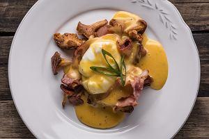 Jajko w koszulce z kurkami, boczkiem i sosem