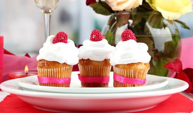 Impreza w pracy to ryzyko nadprogramowych kalorii. Bądź czujna!
