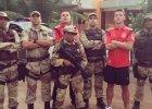 Gwiazdy niemieckiej reprezentacji pi�karskiej Lukas Podolski i Mesut Özil sfotografowali si� z brazylijskimi policjantami. I maj� problemy