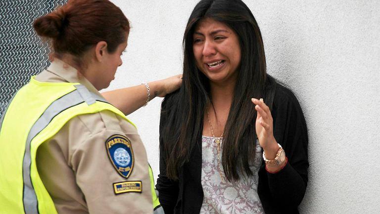 Priscilla Morales była w bibliotece, kiedy rozległy się strzały. Kobietę uspokaja osoba pracująca na pobliskim parkingu