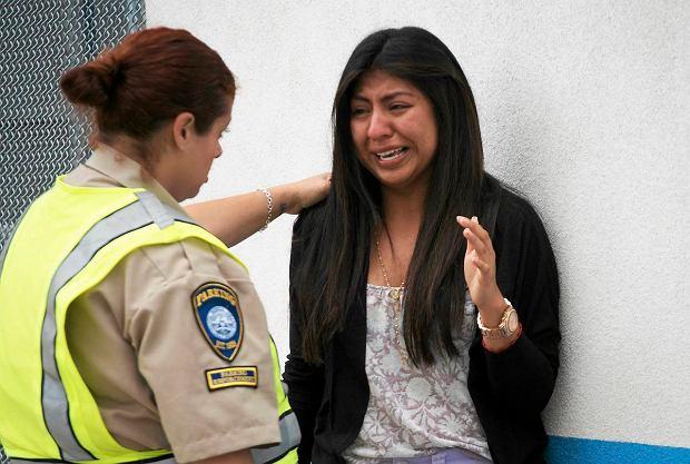 Priscilla Morales by�a w bibliotece, kiedy rozleg�y si� strza�y. Kobiet� uspokaja osoba pracuj�ca na pobliskim parkingu
