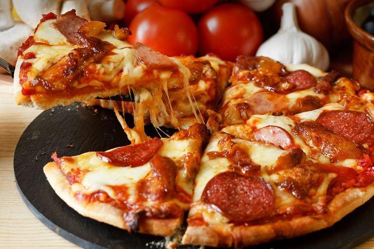 Pepperoni na grubym cieście/ Fot. Shutterstock