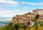 Umbria. Todi - �wietnie zachowane �redniowieczne miasteczko, zaliczane do najpi�kniejszych we W�oszech, przycupn�o na wzniesieniu g�ruj�cym nad dolin� Tybru. Jego najcenniejszym zabytkiem jest ko�ci� Santa Maria della Consolazione, jedna z najwspanialszych renesansowych budowli w Europie. Od kilkunastu lat Todi cieszy si� wielk� popularno�ci� jako miejsce wypoczynku znanych osobisto�ci.