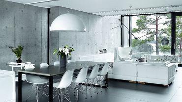 Wykonany na zamówienie stół ma - a jakże - betonowy blat. Ciężar betonu kontrapunktują lekkie krzesła (Vitra) i lampa Skygarden Marcela Wandersa (Flos).