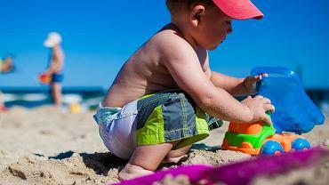 Do jakiego wieku wypada puszczać dzieci nago na plażę?