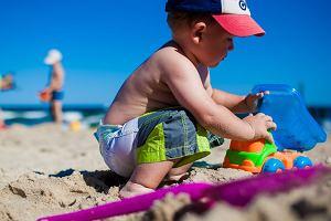 """Małe dzieci na plaży bez majtek. """"Nie uważam gołych dupek za urocze. Moje dzieciaki nie biegają na golasa"""""""