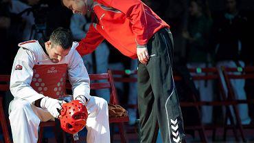 Olsztyn 2013. Mistrzostwa Polski seniorów w taekwondo olimpijskim. Kamil Chwiesiuk po porażce w finale
